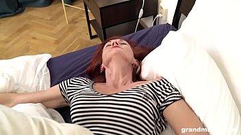 Попы джинсах трахается со взрослой теткой на кровати видео