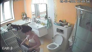 Фигуристая леди перед домашней скрытой камерой разделась в ванной